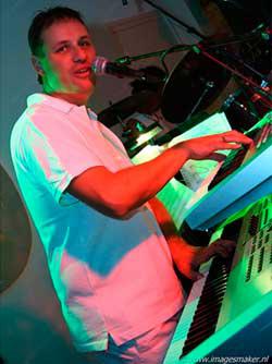 Muziekleraar keyboard Dennis Servais